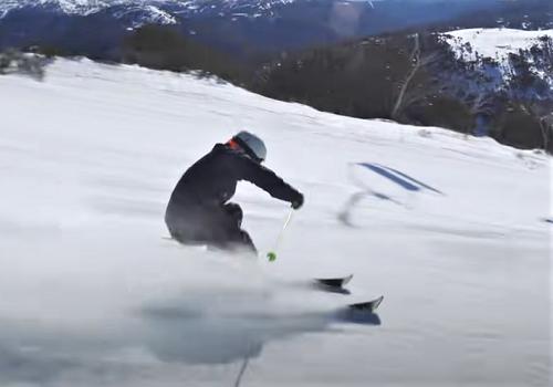 Выполнение поворотов горнолыжником